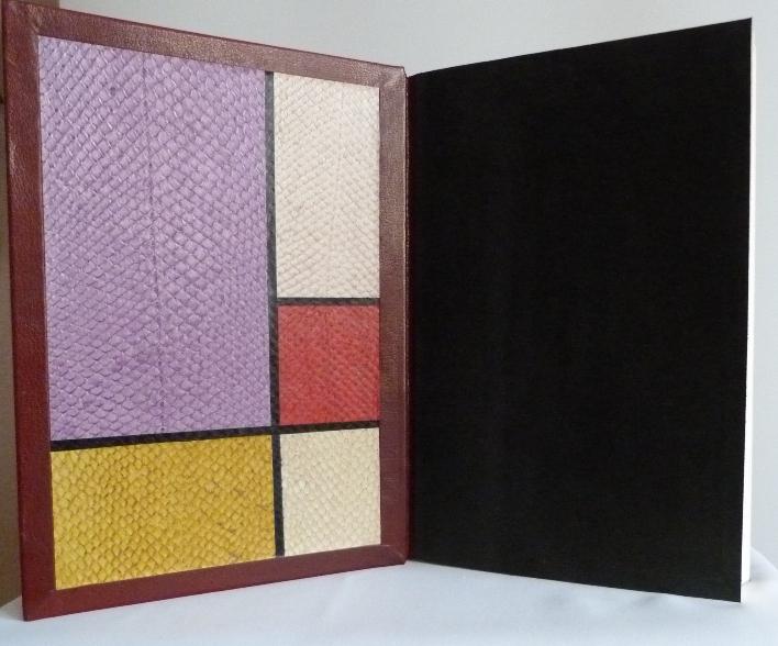 Demi-cuir à encadrements bordeaux. Platx extérieurs et intérieurs décorés d'imitation de compositions de Mondrian en cuirs de saumon de différentes couleurs en provenance des tanneries de Callac.Garde en peau sciée noire.
