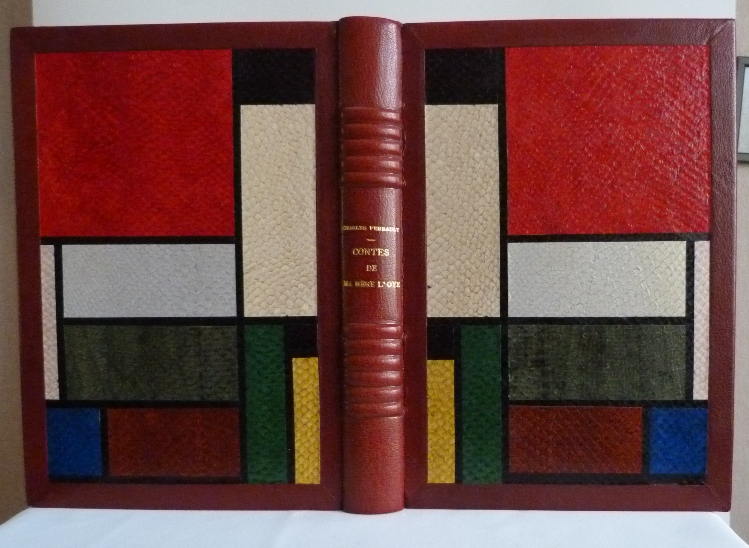 Demi-cuir à encadrements bordeaux. Platx extérieurs et intérieurs décorés d'imitation de compositions de Mondrian en cuirs de saumon de différentes couleurs en provenance des tanneries de Callac.