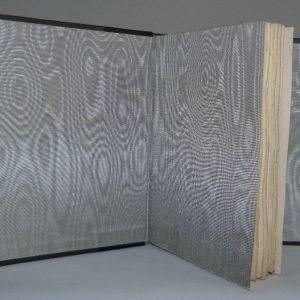 Gardes en soie grise d'une reliure demi-cuir-noir