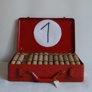 filets droits et courbes.5 valises rouges en fer contenant le matériel dont j'ai besoin pour faire les décors de la reliure.