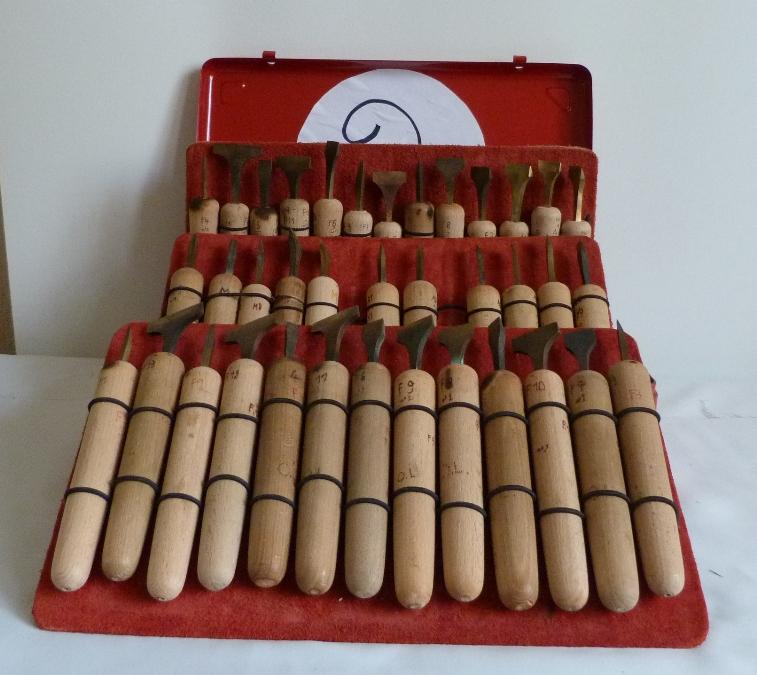 Filets droits et courbes. 5 valises rouges en fer contenant le matériel dont j'ai besoin pour faire les décors de la reliure.