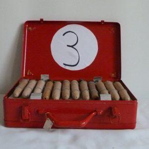 Fleurons, composteurs, polices de caractères . 5 valises rouges en fer contenant le matériel dont j'ai besoin pour faire les décors de la reliure.