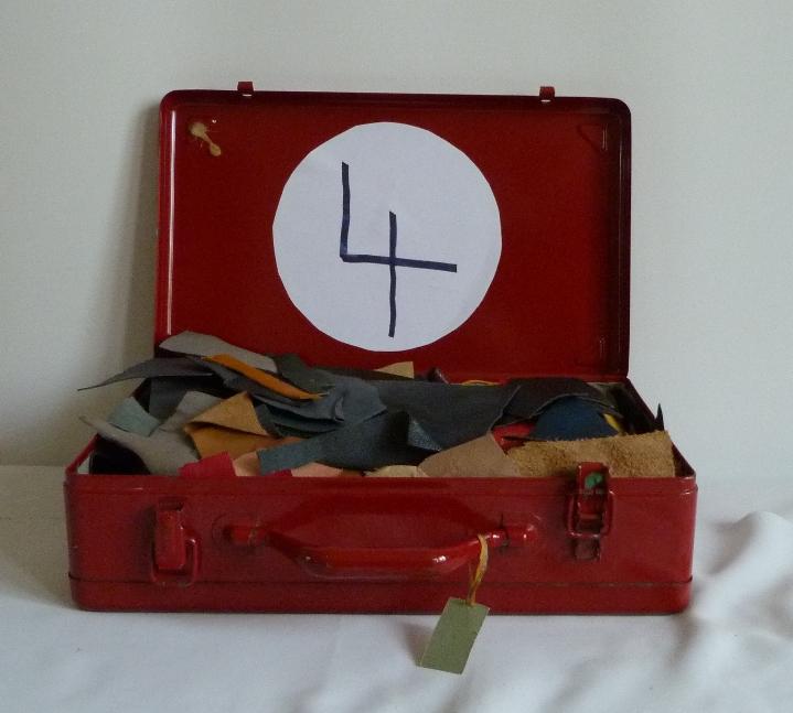 Chutes de cuir.5 valises rouges en fer contenant le matériel dont j'ai besoin pour faire les décors de la reliure.