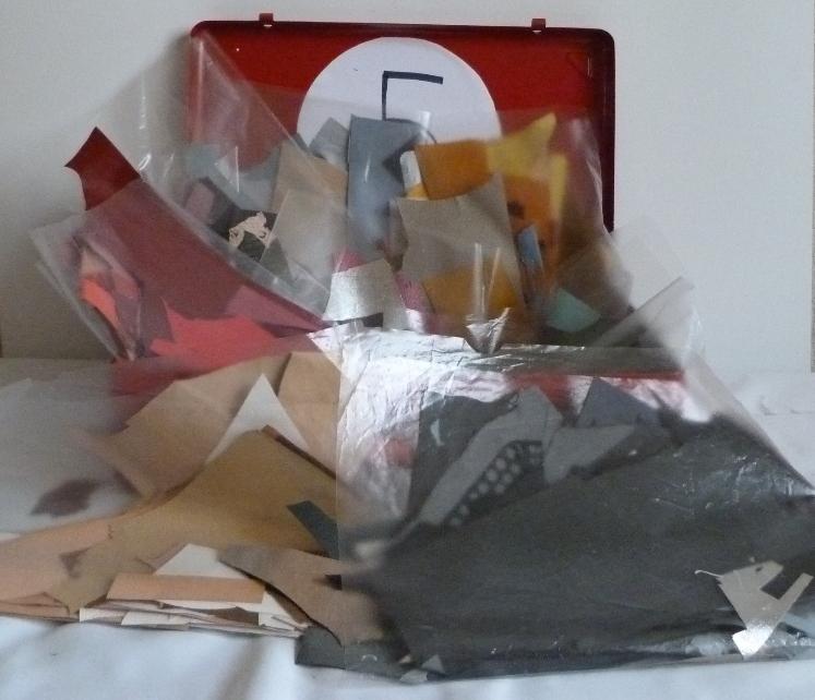 Cuir paré mosaïque. 5 valises rouges en fer contenant le matériel dont j'ai besoin pour faire les décors de la reliure.