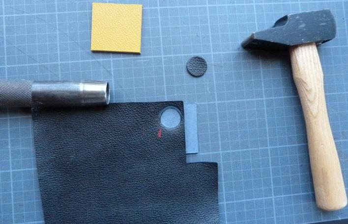 Découpe à l'emporte-pièces. Les deux options pour obtenir les ballons pour le décor de la reliure.