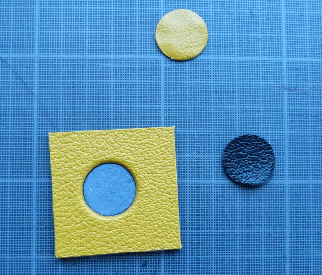 Découpe à l'emporte-pièces.Les deux options pour obtenir les ballons pour le décor de la reliure.
