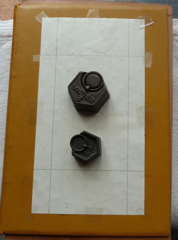 Gabari en simili-japon pour marque à chaud le contour de la photo.