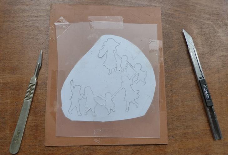 Decoupe sur un pseudo rhodoïd des silhouettes simplifiées de la ronde des enfants.