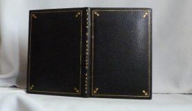 Plein-cuir noir,grands caissons et fleurons dorés en coins, sur chaque plat, titre à la chinoise, papier ordinaire.