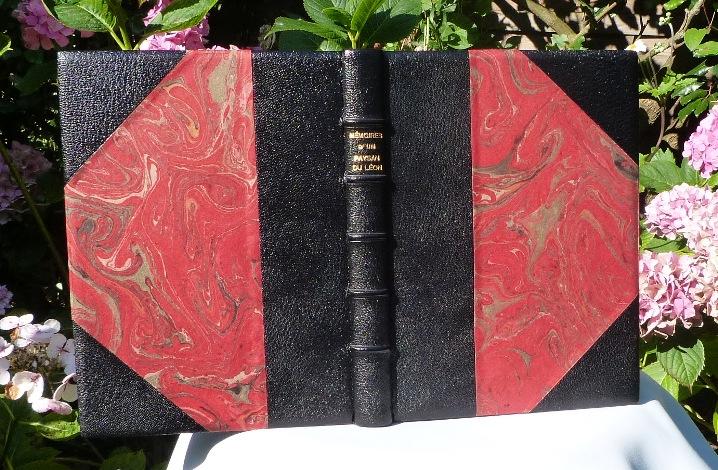 Demi-cuir-à coins noir, papier marbré rouge et or.