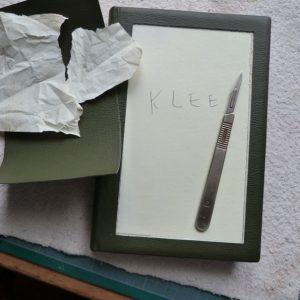 Découpe du cuir pour incrustation tableau de Klee.