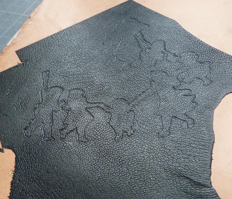 Empreinte du motif sur le cuir à mosaïquer.