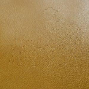 Empreinte du motif sur le cuir du plat postérieur.