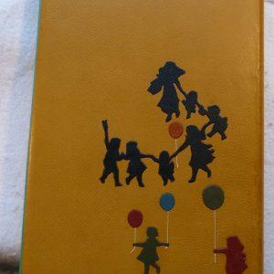 Ballon orange dans la ronde des enfants.