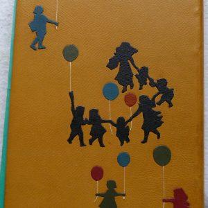 Décor fille bleue et ballonsrouge et ballons vert et bleu de la ronde des enfants.