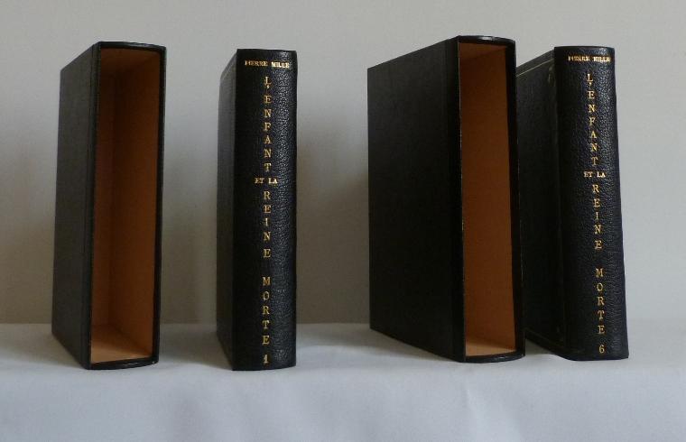 deux livres et leurs boites