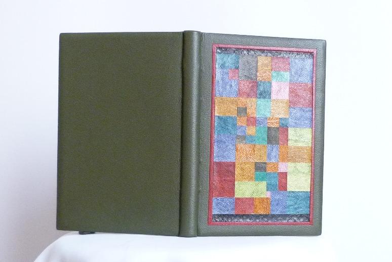Plein cuir vert, incrustation pleine page sur le plat antérieur d'une mosaïque, bord à bord, d'un tableau de Klee.