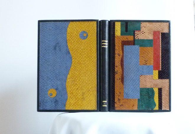 Tableau similaire de Leger en 1925. composition inspirée d'un tableau de Fernand Léger. décor fait en mosaïques de peaux de poisson (saumon) de différentes couleurs collées bord à bord.