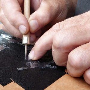Repoussoir à cuir appuyé contre le rhodoïd