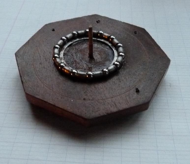 Base octogonale de la mini-bibliothèque avec un roule ment à billes permettant le pivotement.