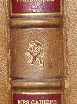 Détail de la décoration de la reliure : bonnet phrygien