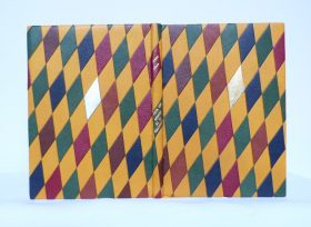 Mosaïques cernées, bombées de 66 losanges complets ou partiels de 4 couleurs, bleu, vert, rouge, marron +1 or et un argent
