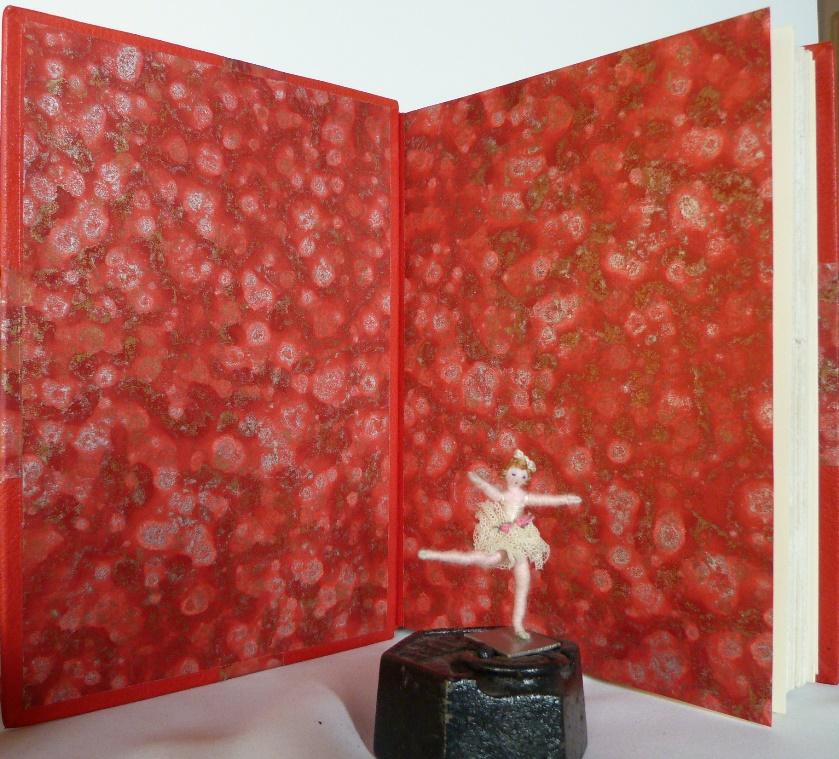 Gardes en papier cuve fait main, charnière en cuir rouge.