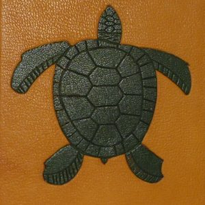 Mosaïque verte sur fond jaune représentant une tortue.