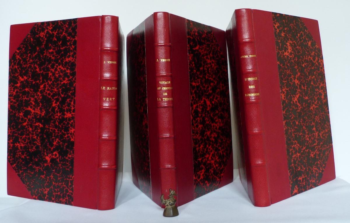 Trois demi-cuir à coins sur des livres de Jules Verne