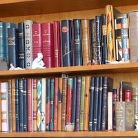 Bibliothèque contenant des reliures pour le premier anniversaire