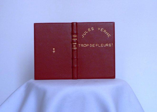 """""""trop de fleurs de Jules Verne, plein-cuir rouge, décoré et titré à l'or fin."""