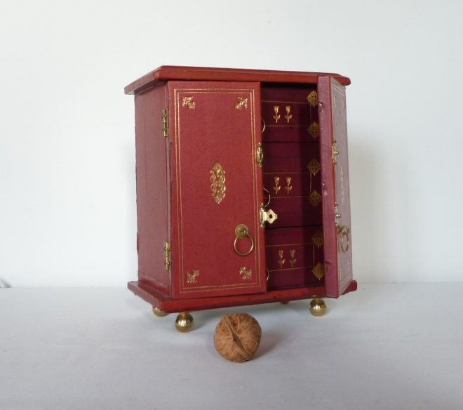 mini-commode avec noix, porte entrouverte