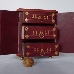 mini-commode avec noix, tiroirs ouverts