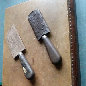 Pour restauration : pierre à parer de Bourgognes et couteaux à parer.