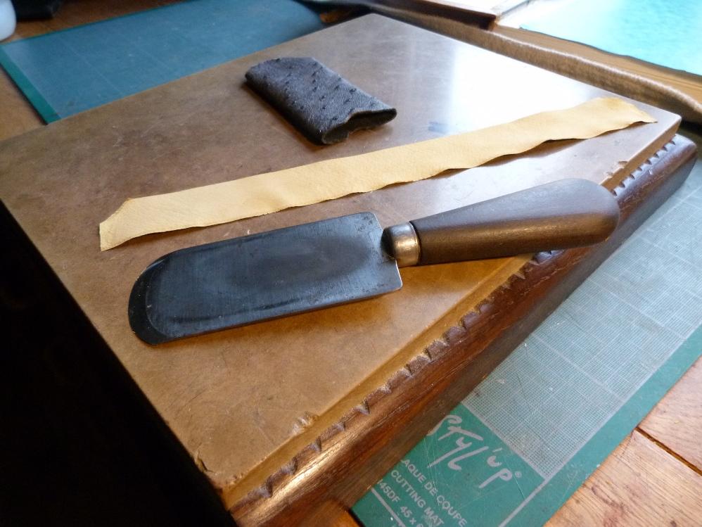 Charnière, couteau et pierre à parer