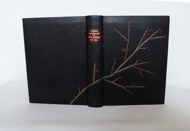 Les fleurs du mal : plein cuir noir mosa¨qué en basane grise et bordeaux .