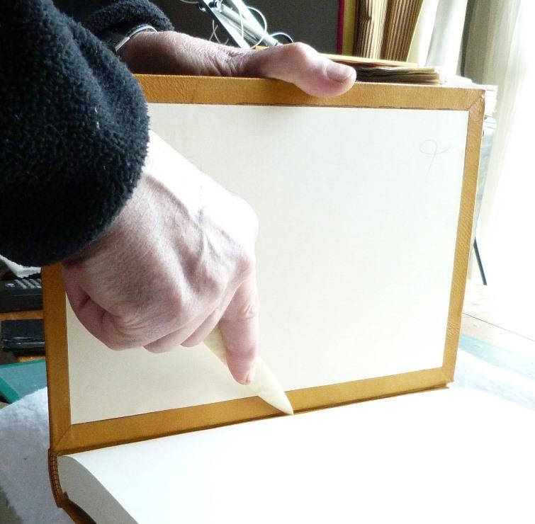 Clap de fin, marquage bord de la fausse garde sur le plat papier.