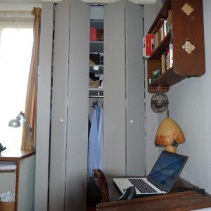 Recension de mon matériel de reliure : armoire entrouverte.