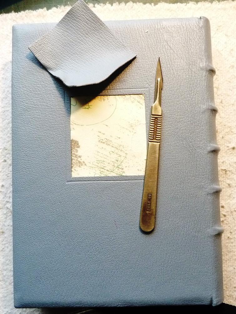Incrustation d'un parchemin décoré à la photocopieuse, scalpel pour découpe du cuir.