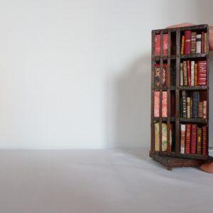 Bibliothèque anglaise pivotante miniature, 4 faces, chute des livres.