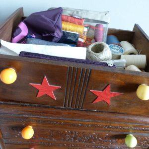 Contenu de la commode pour la recension de mon matériel de reliure, tiroir