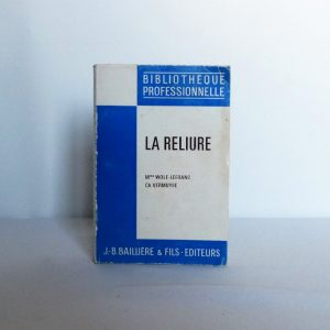 rayonnage contenant des manuels