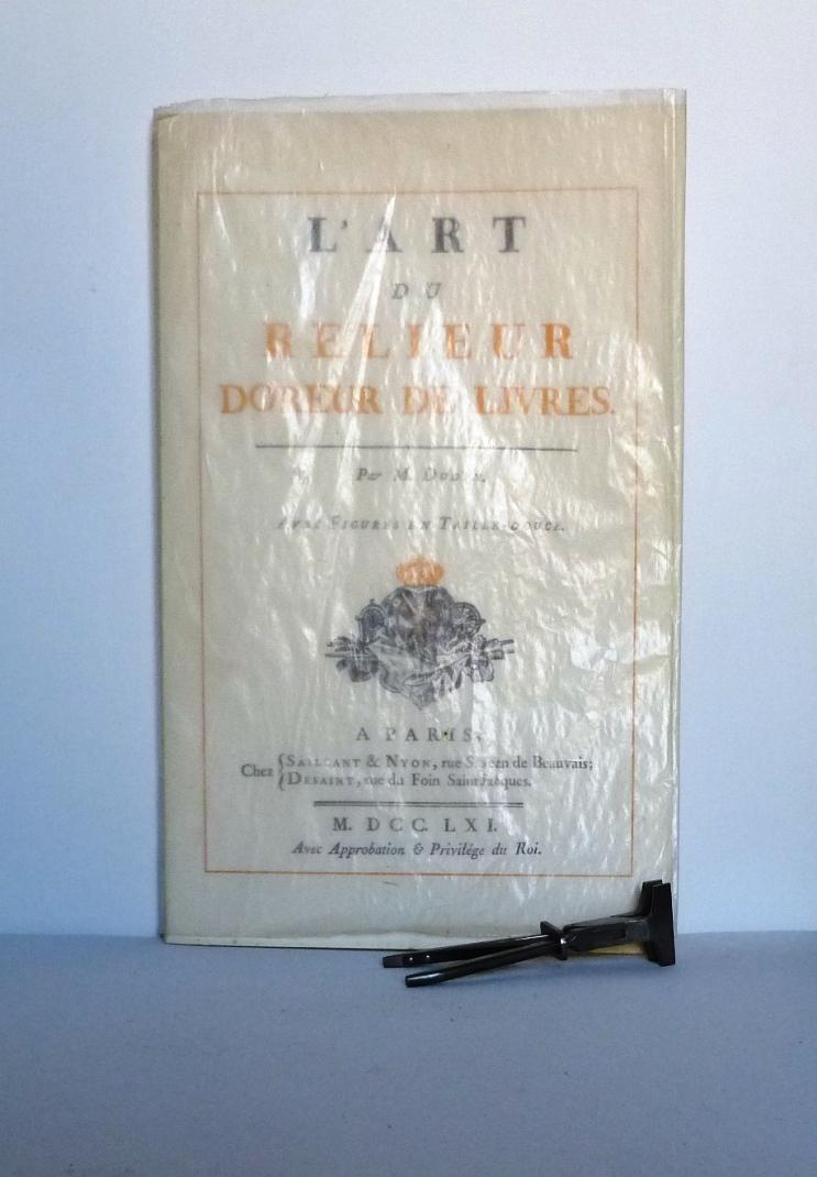 rayonnage contenant des manuels, l'origine de tous les manuels