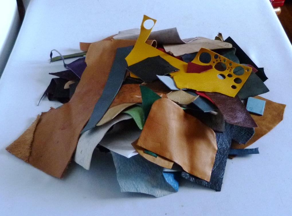 penderie : recension de mon matériel de reliure, morceaux de cuir