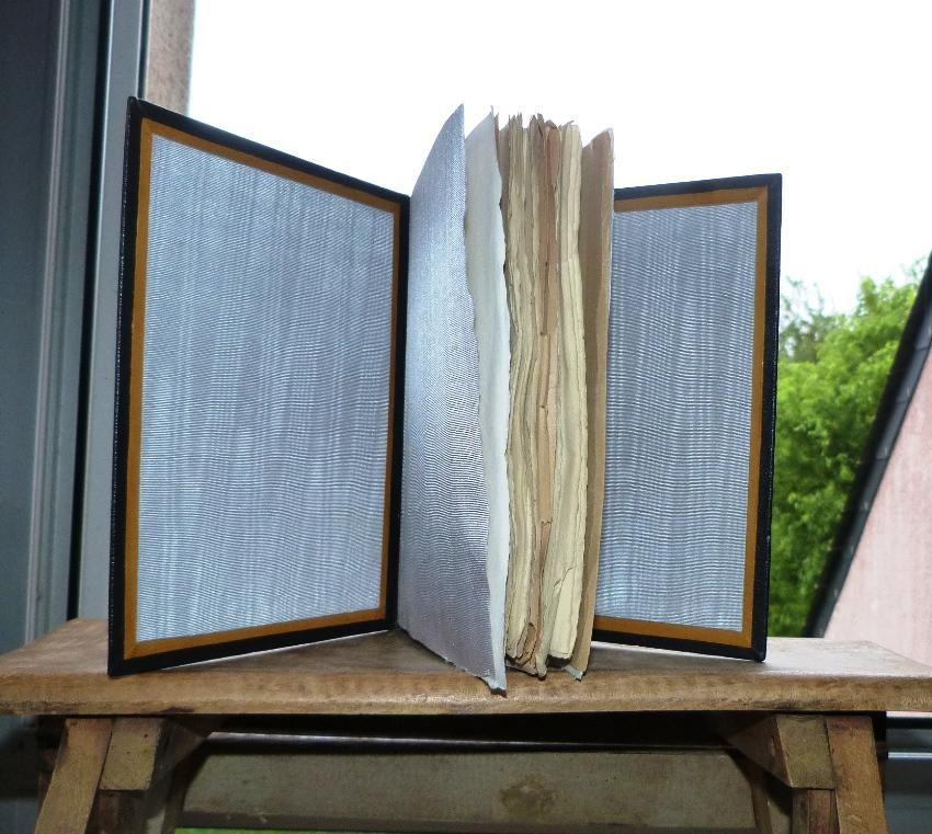 Correction des devoirs de vacances, gardes en soie d'un cahier de la quinzaine