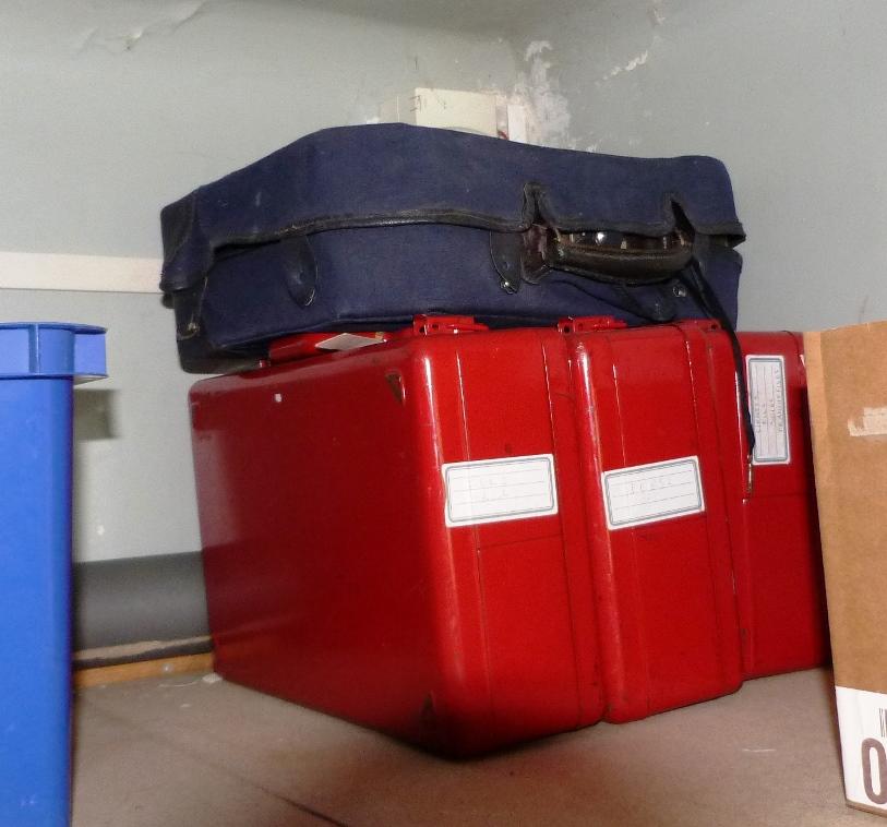 Contenu du placard bleu : valise à matériel de reliure.