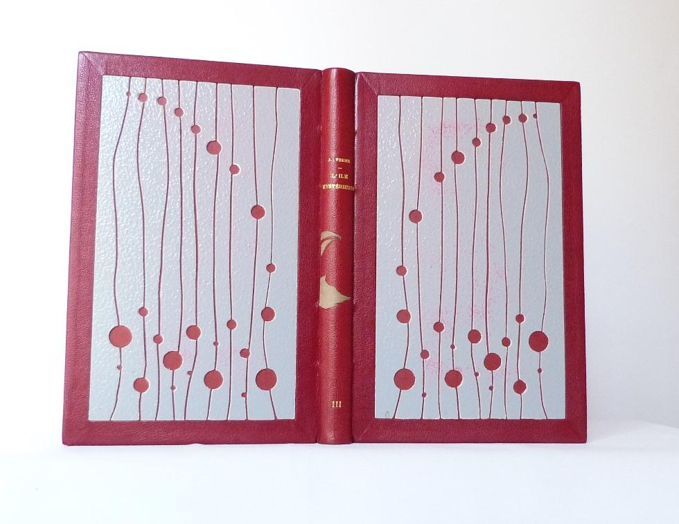 L'ile mystérieuse est un roman de Jules Verne.