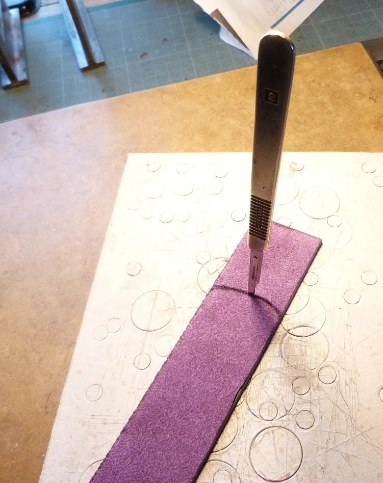 Fabrication d'un étui bordé : découpe des petits côtés
