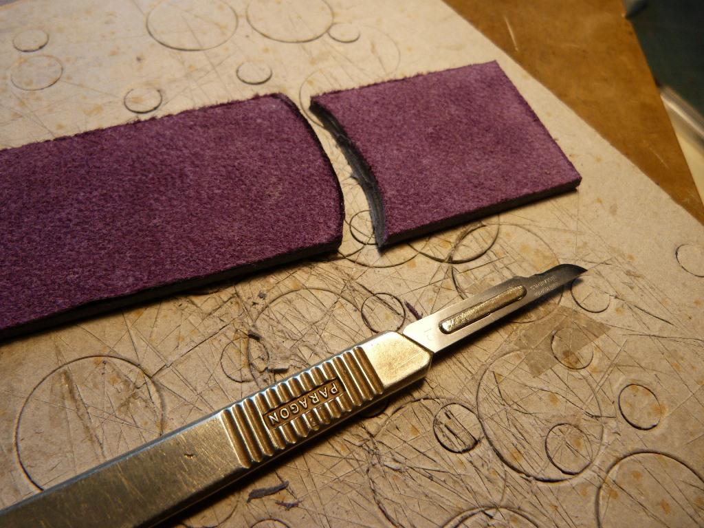 Fabrication d'un étui bordé :découpe des petits côtés