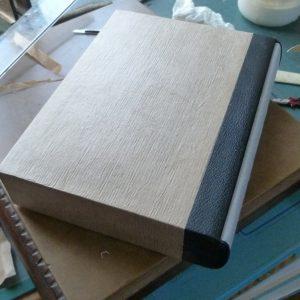 Fabrication d'un étui bordé : pose des papiers krafts